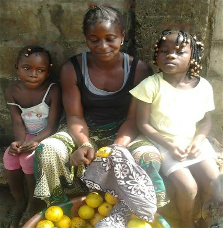 Aminata with her daughters, Jebbeh (left) und Mary (right) at the market